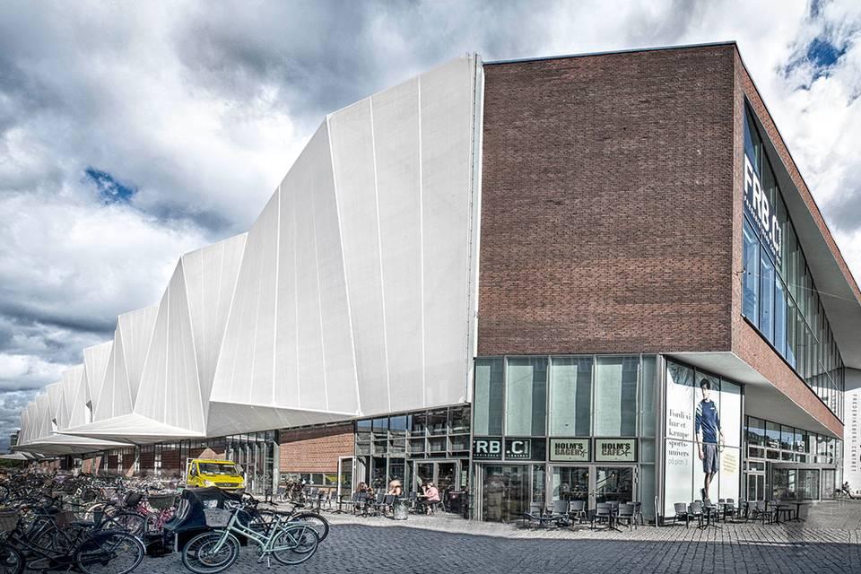 Metro og Copenhagen Business School er nærmeste naboer.