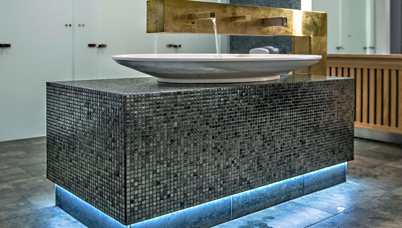 På toiletterne har man i fx materialevalg søgt en luksuriøs spa-oplevelse.